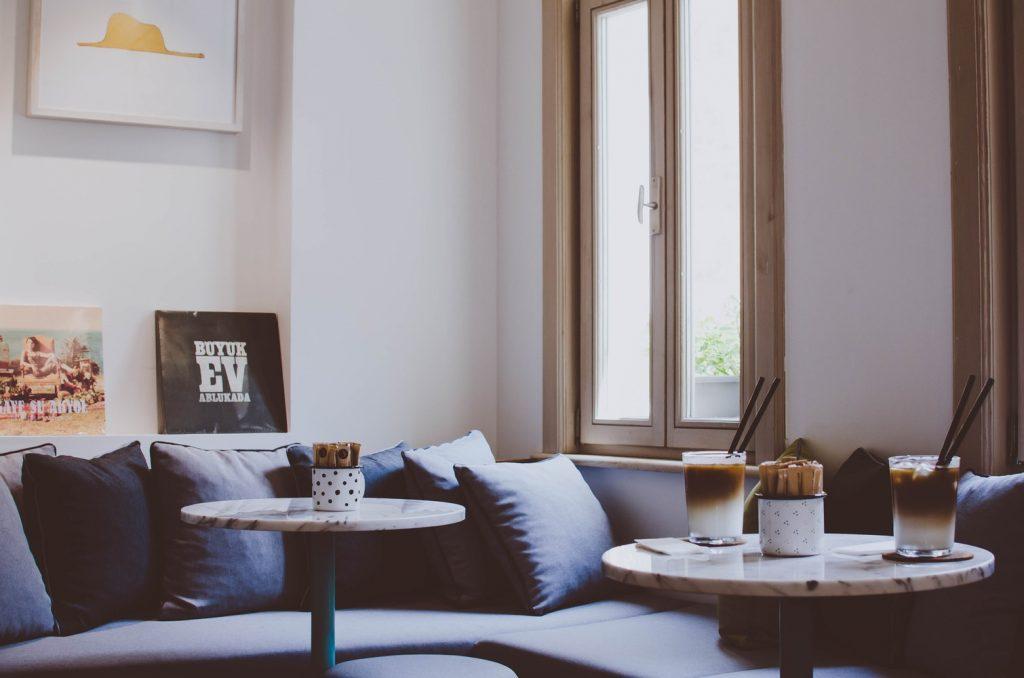 Acogedora decoración de salón en blanco